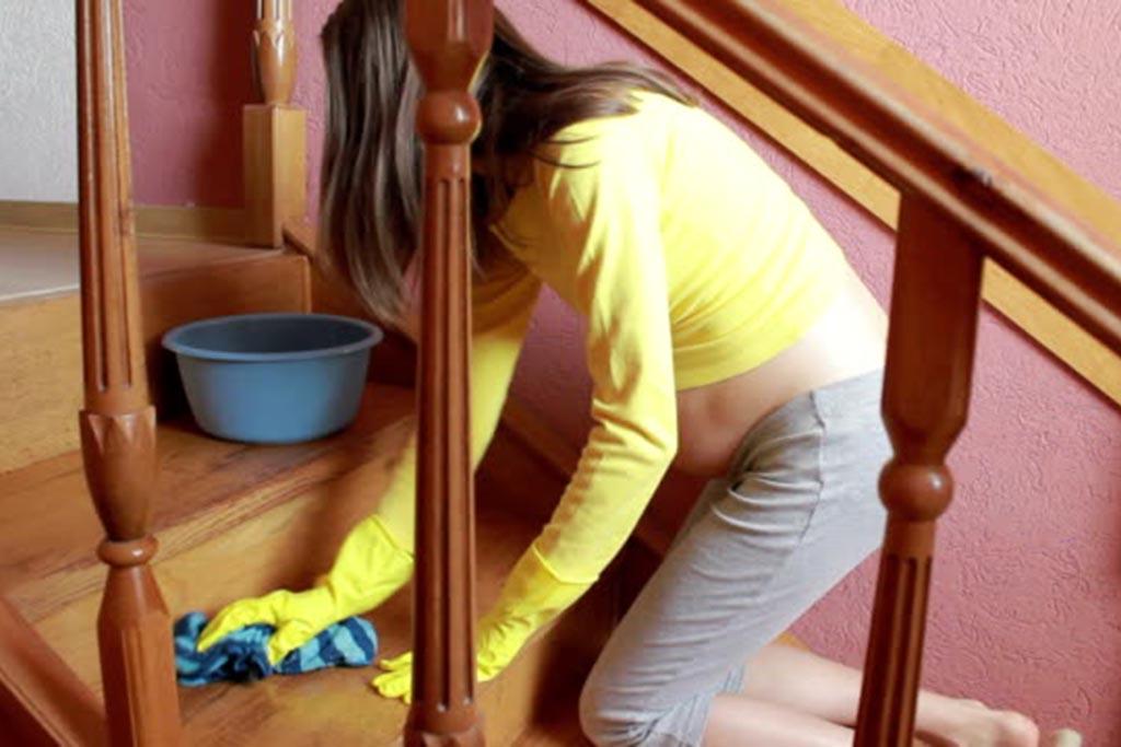 Можно ли мыть полы родственникам и беременным: плохая примета или предрасудки
