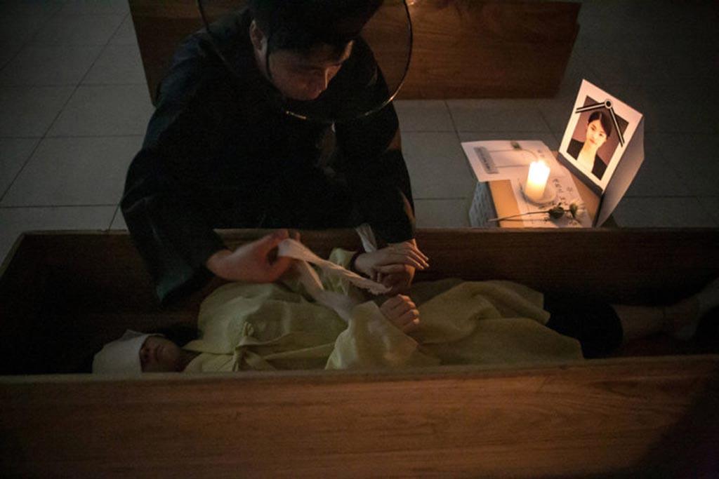 На время завязывают руки, развязывают при захоронении