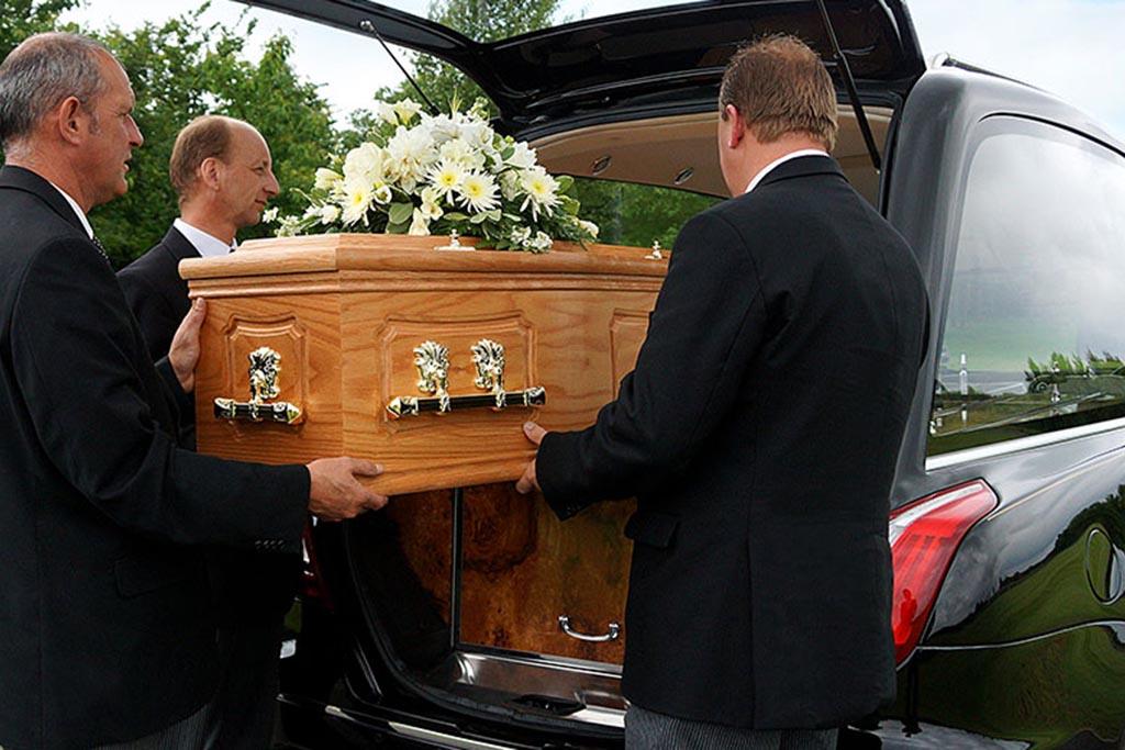 Нельзя нести гроб родственникам