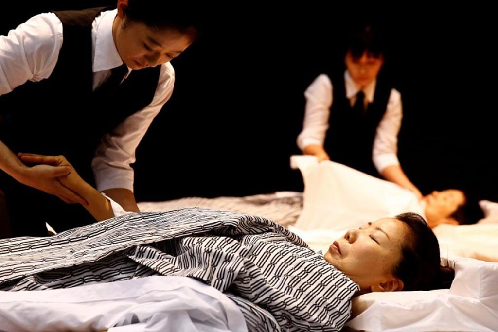 Облачение покойного в Японии для паломничества, чтобы стать Буддой