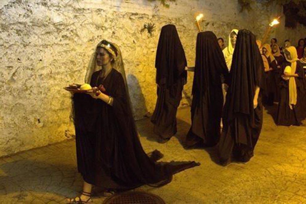 Обязанности профессиональных плакальщиц на погребении в Древнем мире