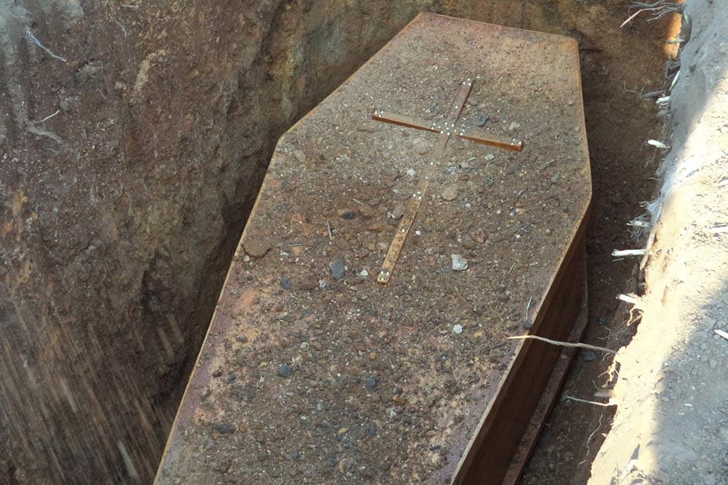 Откуда пошел обычай бросать горсть земли в могилу