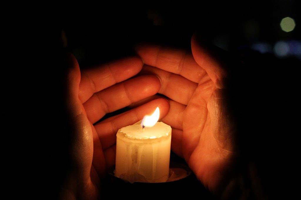 После кладбища омывать руки водой и согреть огнем