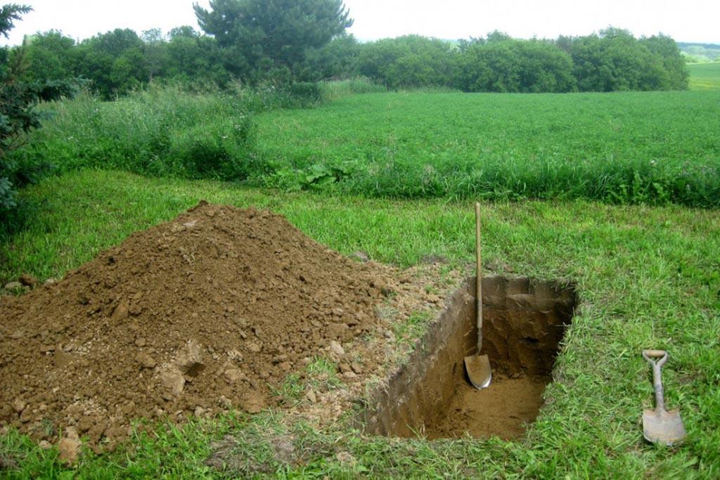 С какого края могилы брать землю