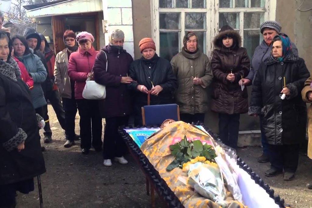 Укладывание покойного в гроб