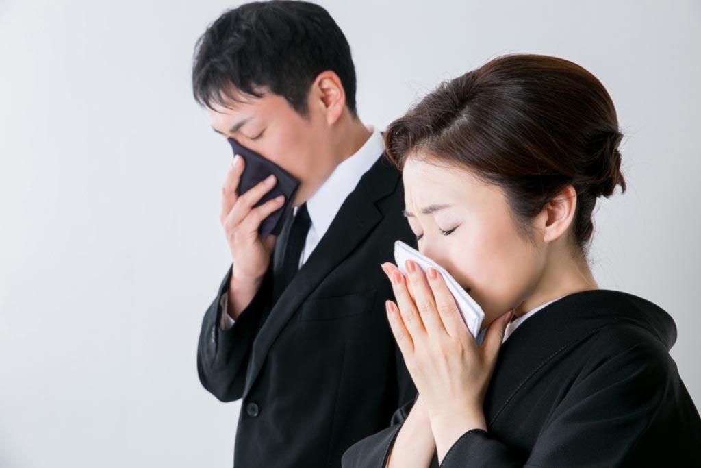 Внешний вид скорбящих и их денежные подношения на похоронах жителей Японии