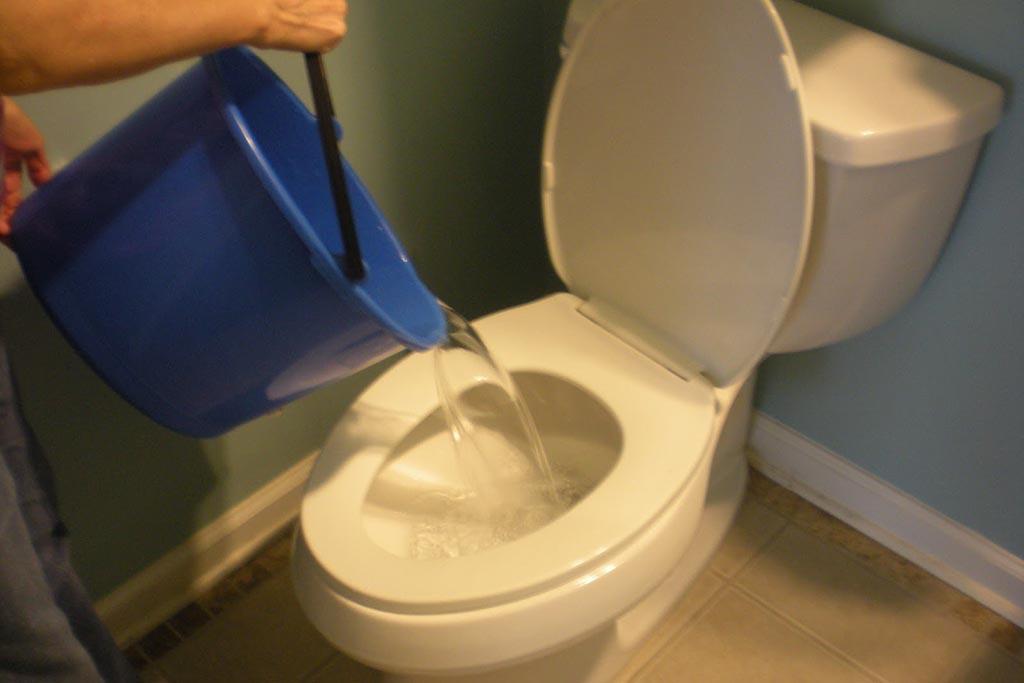 Выливают ли воду в санузел, если умершего вынесли из квартиры