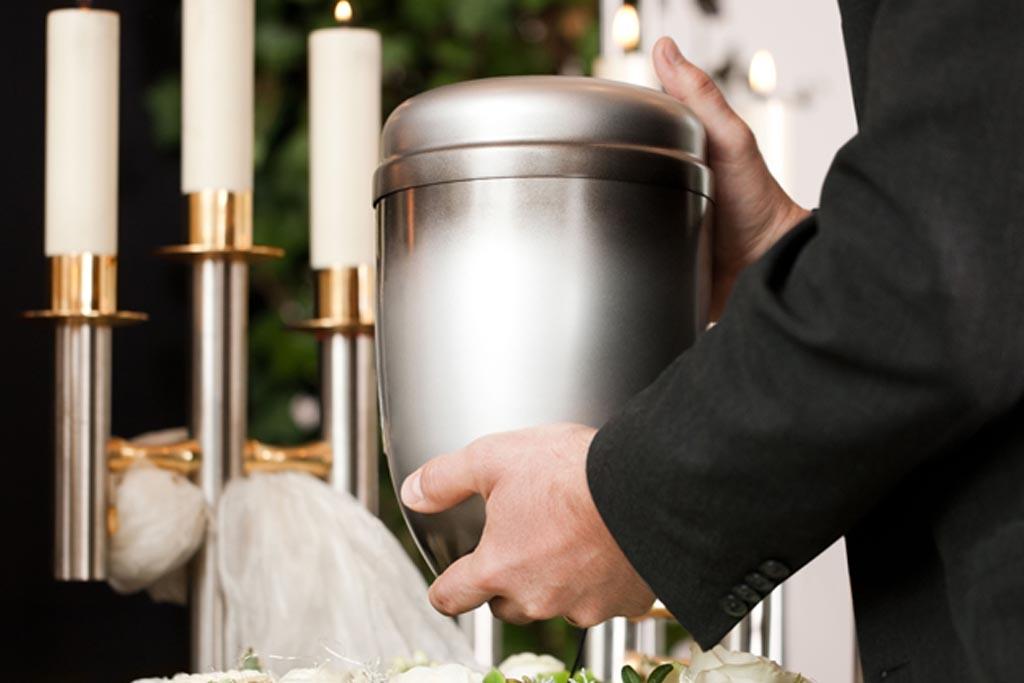 Высыпать землю в урну с прахом в случае кремации