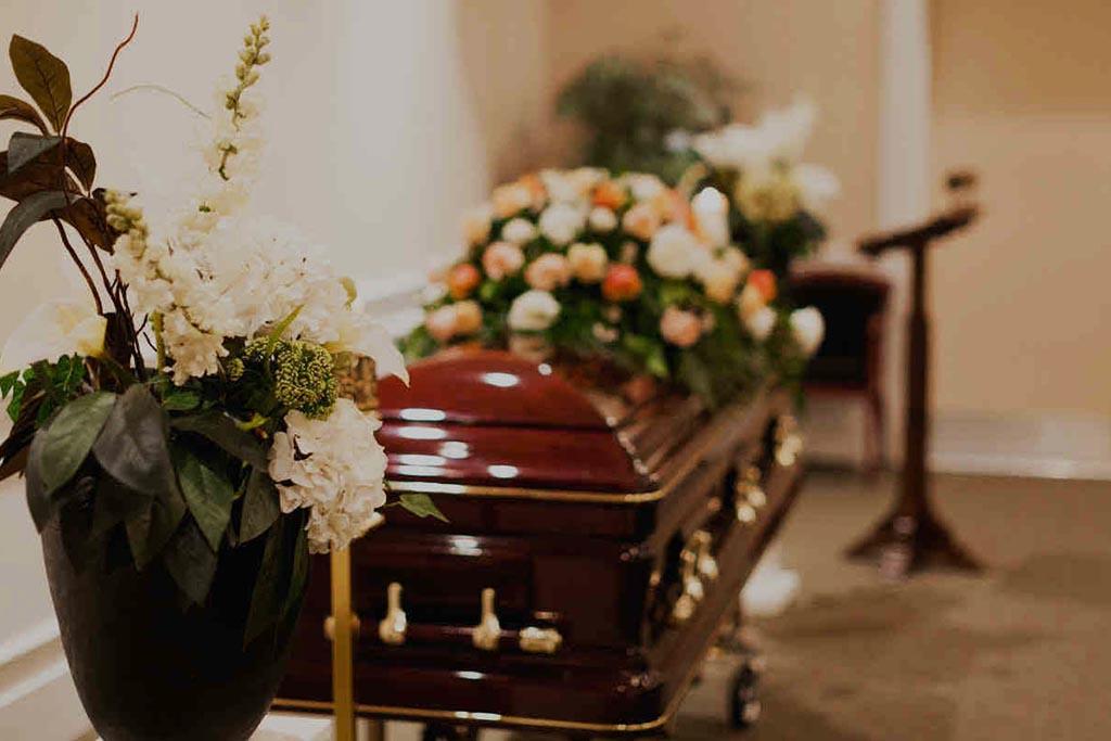 Зачем в гроб умершему кладут деньги