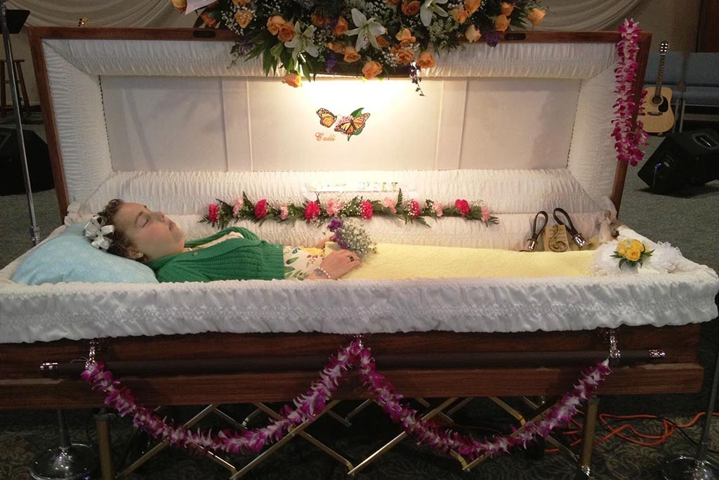Что можно класть в гроб покойнику-женщине