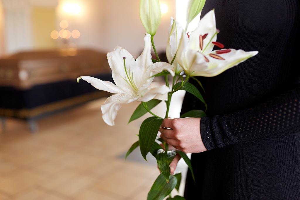 Какие цветы подходят на похоронах женщине, мужчине