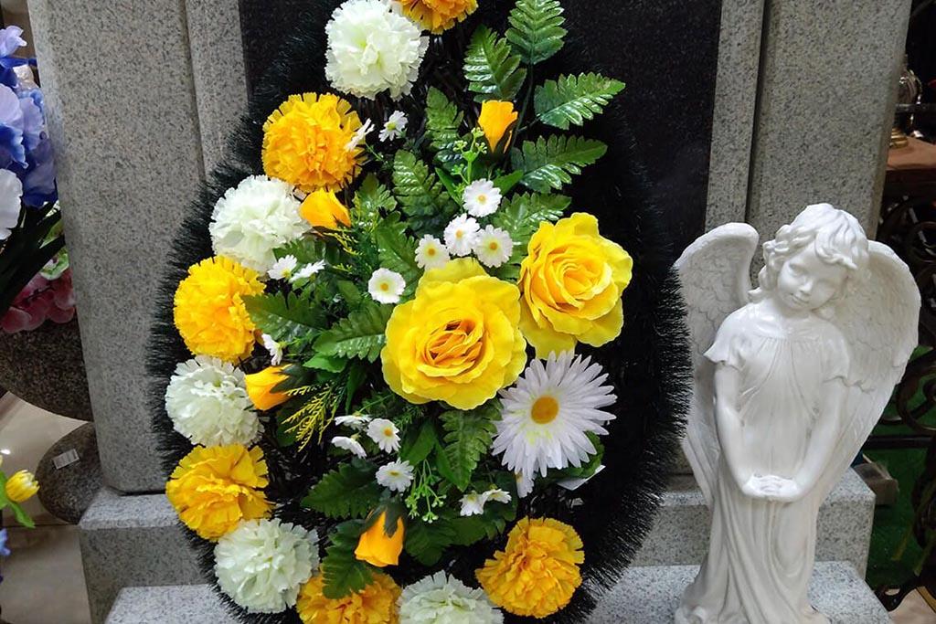 Лучше подносить искусственные или живые цветы