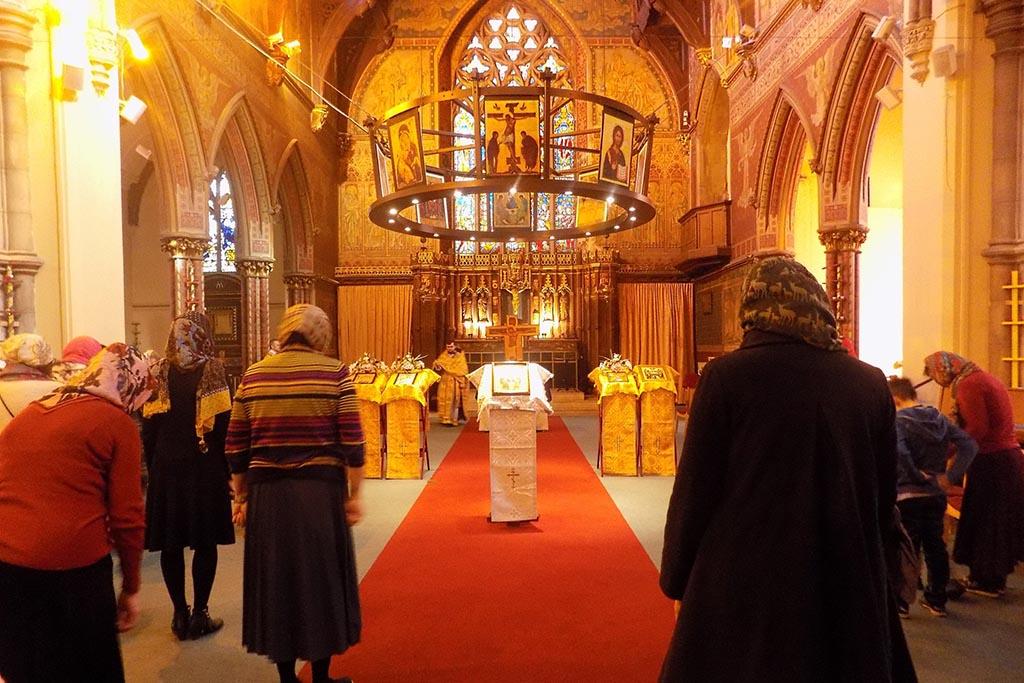 Молятся во время литургии