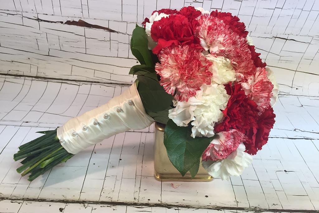 Можно ли дарить женщине на свидание букеты розовых или белых гвоздик
