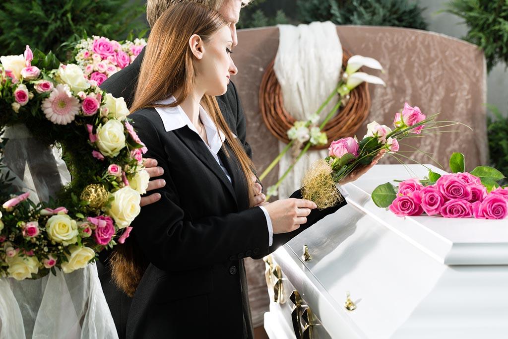 Негласные правила выбора букета – сколько и какие цветы кладут на могилу во время похорон