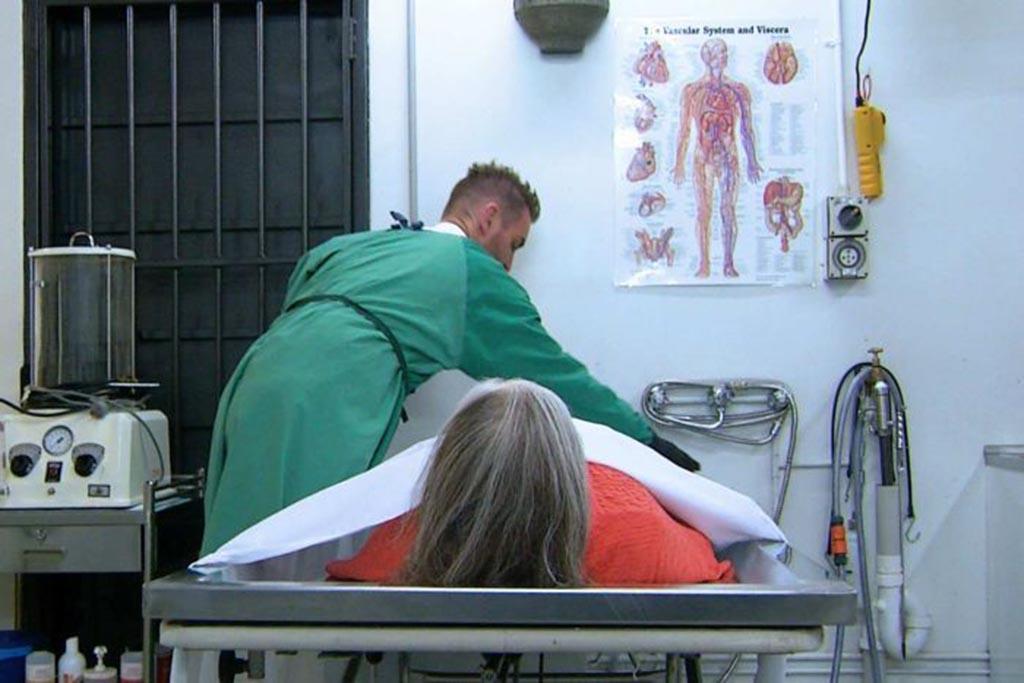 Подготовка тела умершего и его помещение в гроб