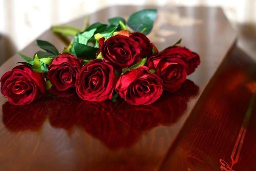 Традиция подношения траурных цветов в России