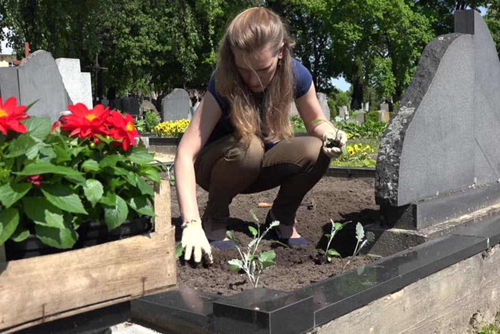 Зачем на похоронах возлагают большие венки искусственных цветов