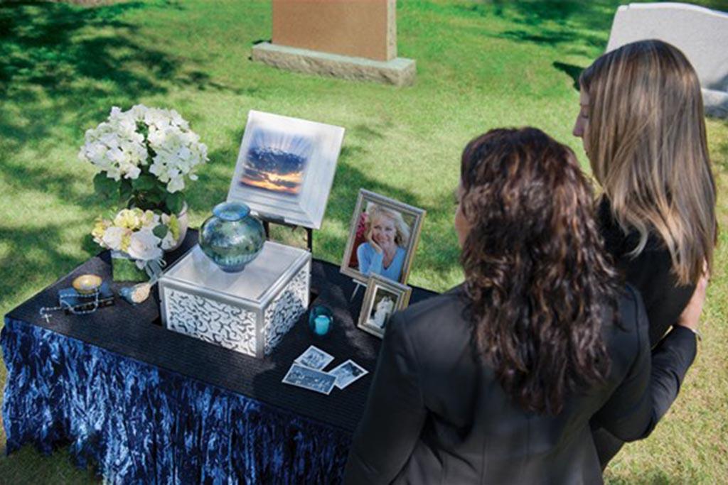Захоронение урны с прахом в родственную могилу: правила