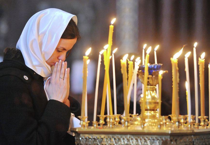 Молитвы и свечи в храме