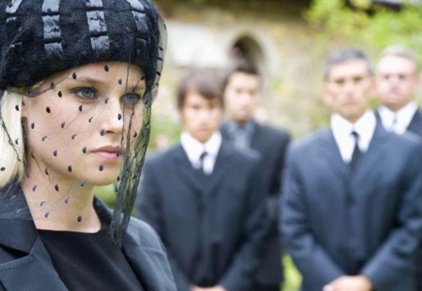 Прическа и макияж женщины на погребальных мероприятиях