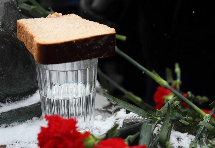 Можно ли ставить стакан с водкой и хлебом на могилу? Так делают все
