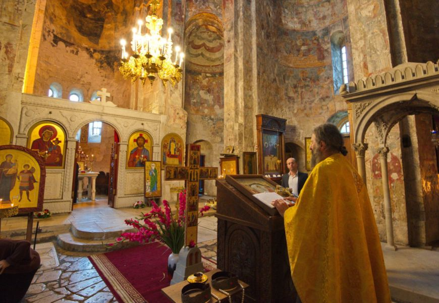 Представители другой веры (исповедующие ислам, буддизм и т. д.) не отпеваются в православных храмах