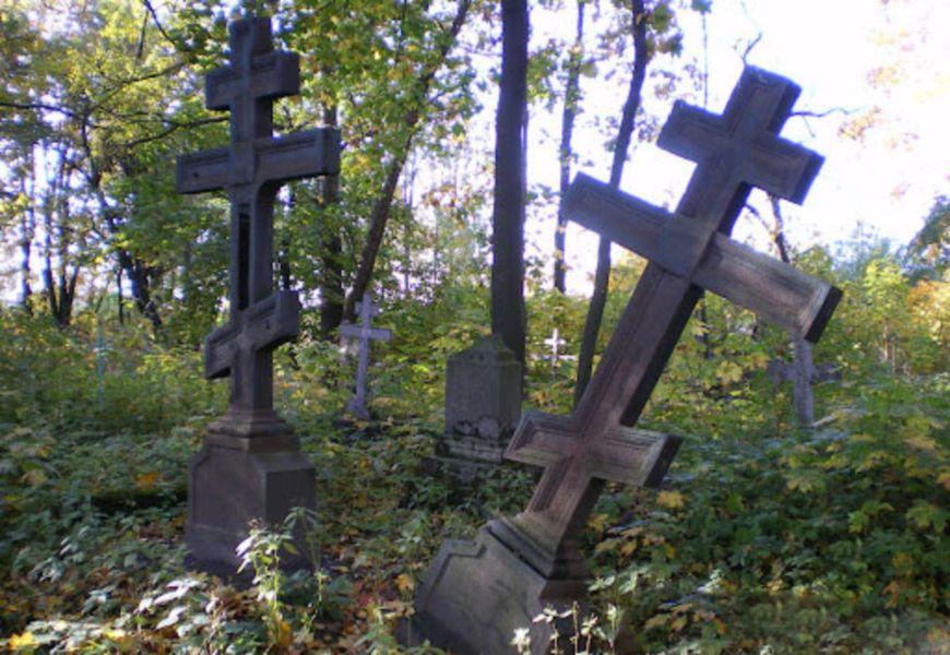 Восьмиконечный старинный православный крест на кладбище