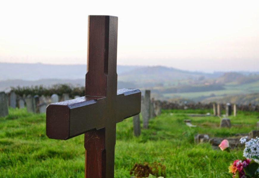 Куда ставят крест на могиле