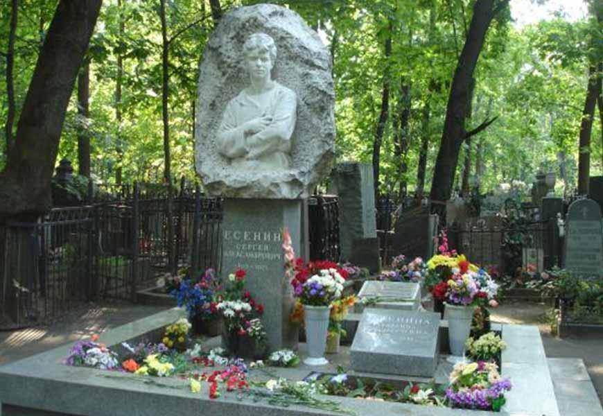ТОП-20 самых больших кладбищ мира Ваганьковское кладбище могила Есенина