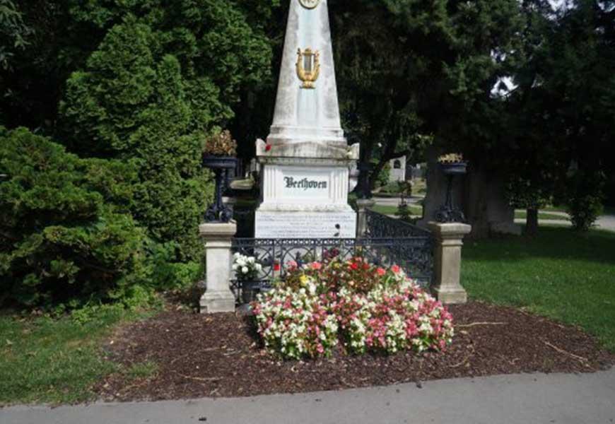 ТОП-20 самых больших кладбищ мира могила Бетховена на Венском центральном кладбище