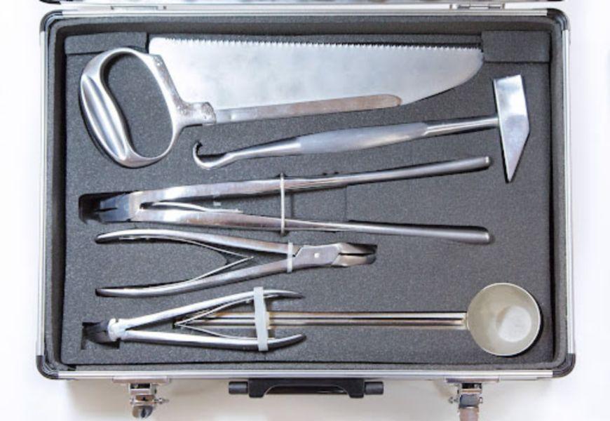 Инструменты для вскрытия трупа