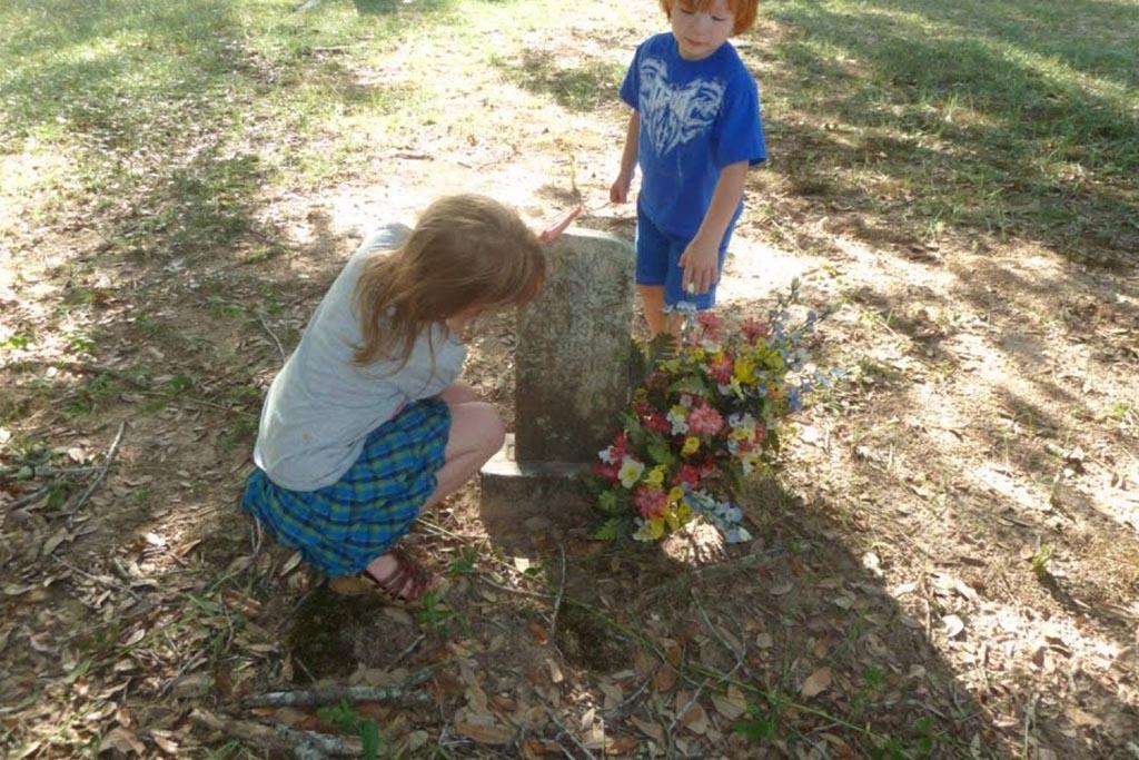 Можно ли детям приходить на кладбище, навещать родственников