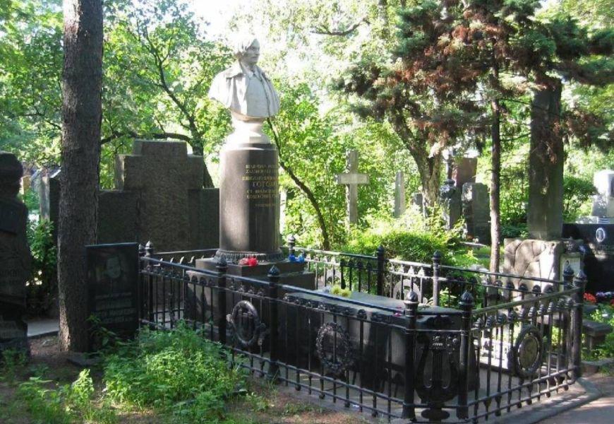 Неспокойная могила Гоголя. Захоронения литераторов на Новодевичьем