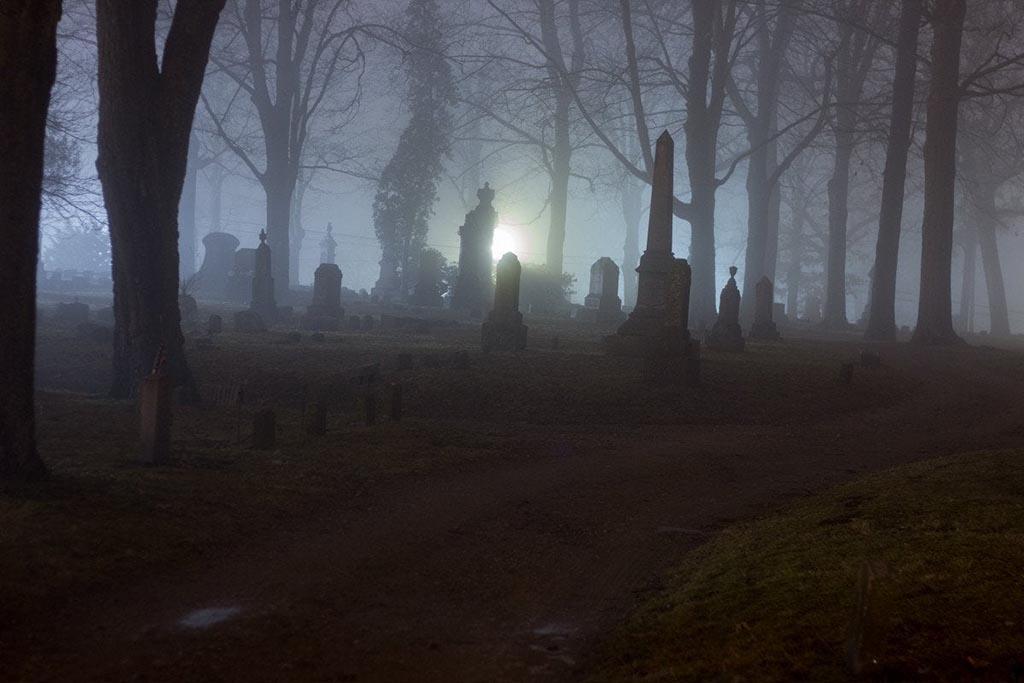 Почему вечером ходить по кладбищу нежелательно
