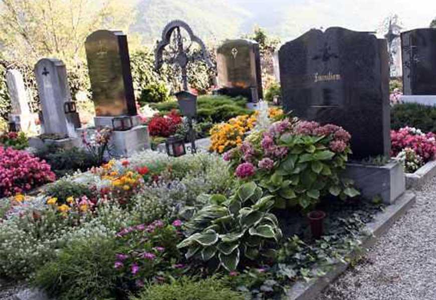Благоустройство могилы живыми цветами