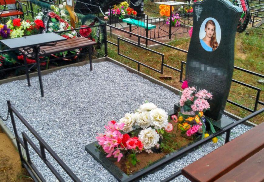 Как оформить могилу на кладбище красиво и правильно: укладка плиты, дорожек, ограды и скамьи, озеленение участка своими руками