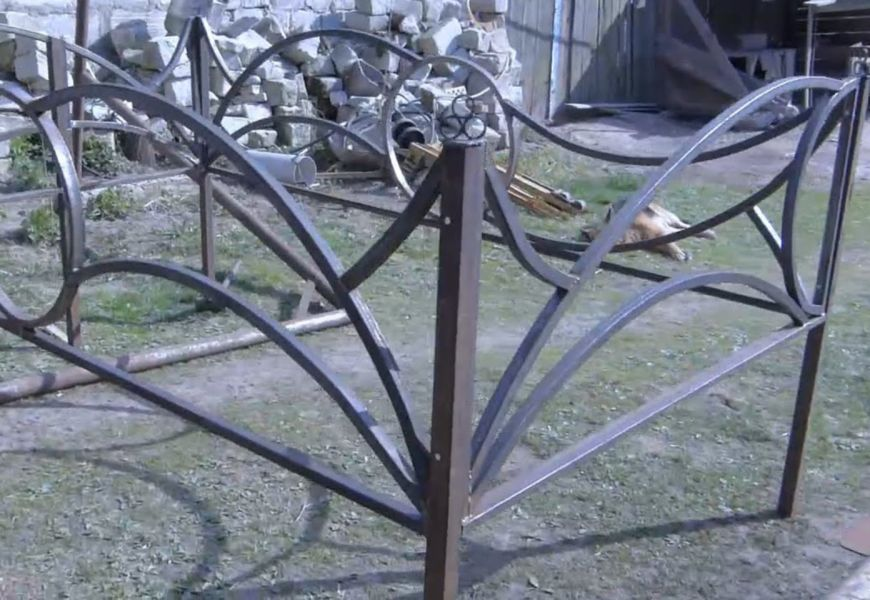 Ограда на могилу в вырытых лунках