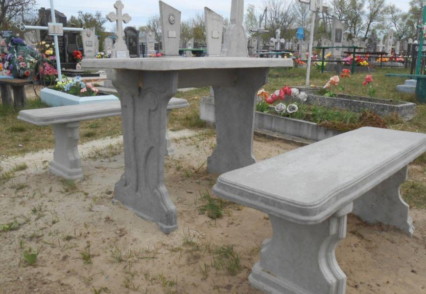 Бетонная скамейка + столик с металлической или деревянной облицовкой