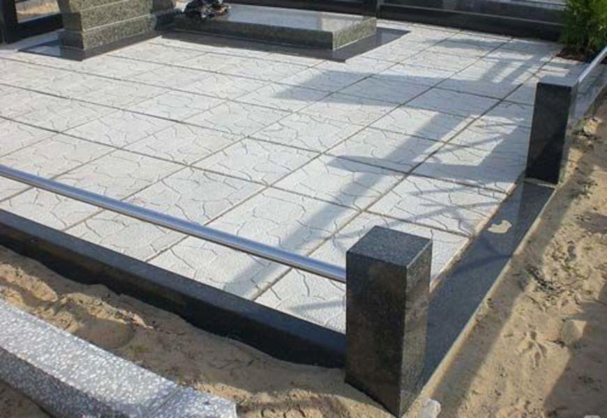 Укладка тротуарной плитки на могиле