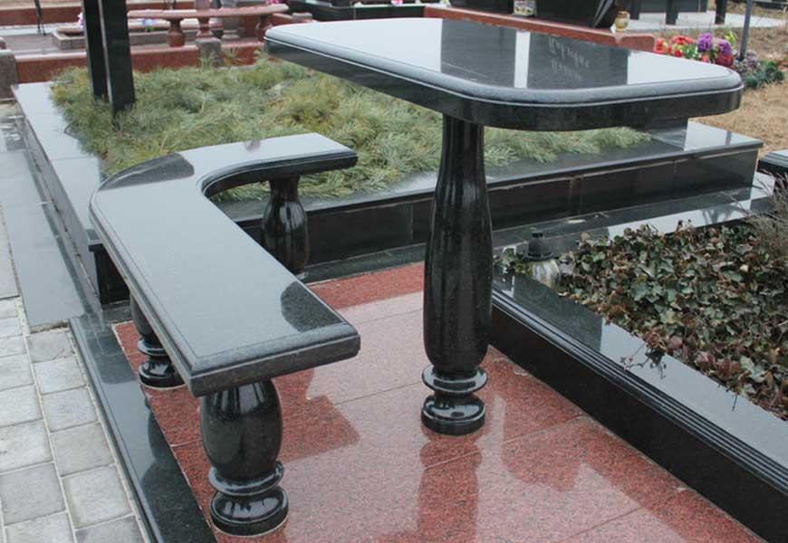 Каменный столик и каменная лавочка на могиле