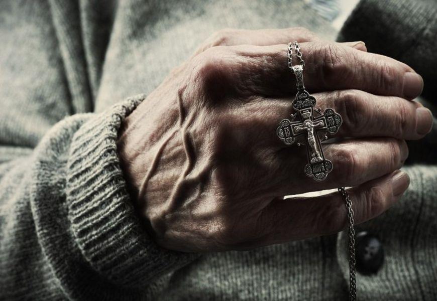 Что делают с нательным крестиком умершего