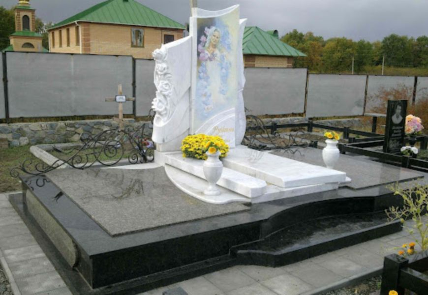 Мраморный памятник на могиле