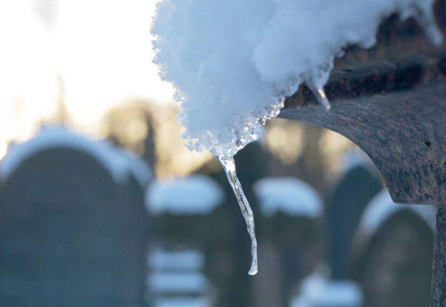 На кладбище зимой