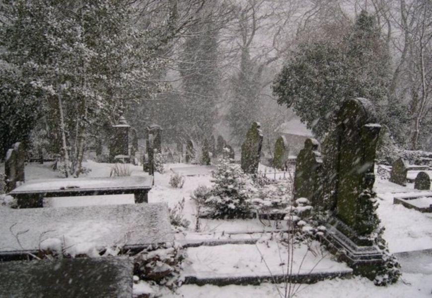 Кладбище в снегу