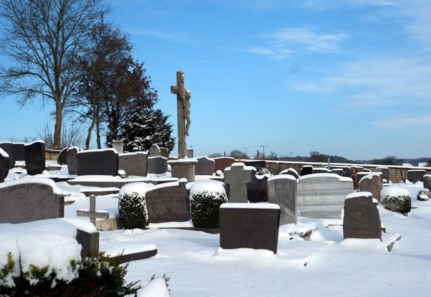Посещение могилы зимой