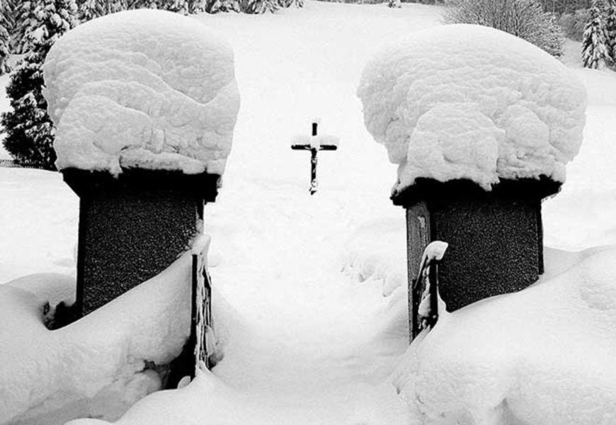 Могила на кладбище зимой